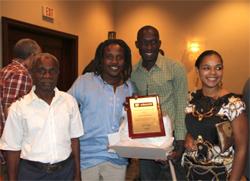 Jean-Eddy Rémy entouré de son père, de Bruno Cebien et de Christine Stephenson directrice de AfricAmericA